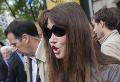Carla Bruni-Sarkozy à sa sortie du bureau de vote à Paris, le 10 juin 2012. | FRED DUFOUR / AFP