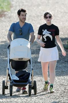 Zooey Deschanel hikes a LA trail with her husband and daughter in the Lindsey VISTA! Zooey Deschanel Style, Hiking Wear, New Girl Style, Cleaning Maid, Old Actress, In Hollywood, Baby Strollers