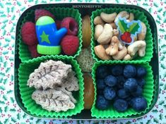 Christmas holly mittens and fruit in vegan lunches by bentoriffic Vegan Lunches, Vegetarian Lunch, Kid Lunches, My Recipes, Whole Food Recipes, Vegan Recipes, Cute Food, Good Food, Bento Box Lunch