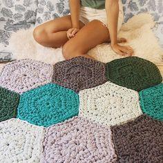 "841 Likes, 48 Comments - SusiMiu (@susimiu) on Instagram: ""Hoy doy por terminada la alfombra de Hexágonos que os enseñé a principios de semana👏🏼. Está hecha…"""