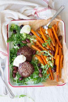 Van een restje wortels maak je heel eenvoudig deze pittige wortelfriet, gewoon in de oven. Daar eet je toch je vingers bij op? Lekker glutenvrij en paleo