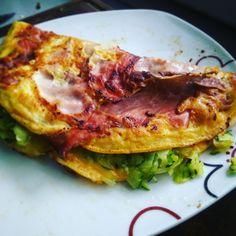 Vaječná omeleta se slaninou s restovanou cuketou a houbami
