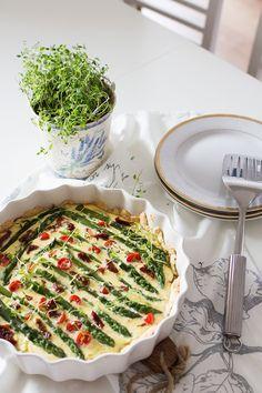 tarta ze szparagami, pomidorkami i świeżym tymiankiem plus jadłospis piknikowy