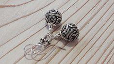 Elegante Ohrhänger aus wunderschönen, handgearbeiteten Silberperlen, die an einem Haken ebenfalls aus Silber hängen. Der Fischhaken kann aber auch ausgewechselt werden in einen Stecker oder...