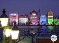 We komen tijdens ons verblijf op Curaçao nog vaak terug in Willemstad, en dan voornamelijk in de avonduren, als de huizen worden verlicht en bij de terrasjes live salsamuziek wordt gespeeld. We gaan van Otrabanda, naar Punda en weer terug. http://www.myworldisyours.nl/places/willemstad Foto: Otrabanda, Willemstad, Curaçao #reizen