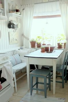 Breakfast nook with enamel top table Cozy Kitchen, Country Kitchen, Kitchen Dining, Dining Area, Kitchen Decor, Nice Kitchen, Dining Bench, Dining Room, Cottage Kitchens
