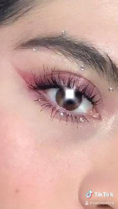 Maquillaje de ojos rosa con piedras Prom Eye Makeup, Halloween Eye Makeup, Eye Makeup Art, Pink Makeup, Cute Makeup, Pretty Makeup, Colorful Makeup, Makeup Inspo, Makeup Inspiration