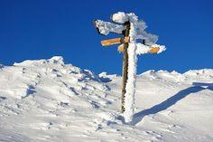 Wegweiser am Wanderweg, die größtenteils auch im Winter begehbar sind.