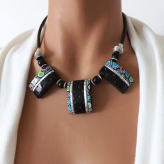 Collier fantaisie noir original fait main, bijou modèle unique pour femme 5997326b6b8