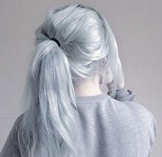 Icy blue with messy ponytail, this style is so pretty~