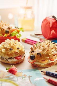 Dieser Käseigel ist ein kreativer Pausensnack für Kinder. Herzhaft mit Schmelzkäse & Paprika oder süß mit Frischkäse und Schokolade.