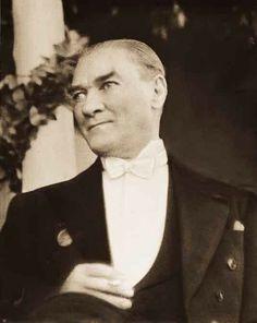 Cumhurbaşkanı Mustafa Kemal Atatürk..Evrendeki en güzel duygular, sözler sana..tapmıyoruz..ne sen putsun, ne de biz putperest...En derin saygı, takdir ve sevgi hislerine sahip olarak, akıl ile izindeyiz..