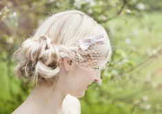 hair style -- birdcage, fascinator mit großer, rosaner schleife, hut netz, für brautfrisur