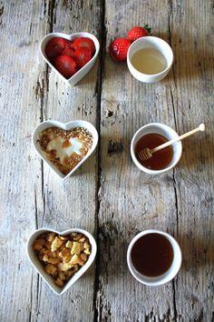 Menù San Valentino: coppetta di fragole al miele di acacia, mousse di yogurt al miele di castagno e granella di nocciole, crema al mascarpone con topping di biscotti sbriciolati e miele di bosco
