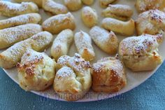 Recipe for Profiteroles filled with milk caramel (dulce de leche). South American Dishes, Latin American Food, Profiteroles, Chilean Recipes, Chilean Food, Choux Pastry, Sifted Flour, Cake Servings, Tray Bakes