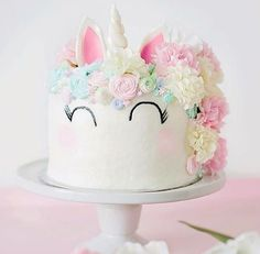 We're STILL not over anything unicorn related. I want one of these for my birthday cake! Absolutely loving this. So much unicorn gorgeousness any brides planning a unicorn wedding needs this cake Cute Cakes, Pretty Cakes, Beautiful Cakes, Amazing Cakes, Stunningly Beautiful, Yummy Cakes, Absolutely Gorgeous, Unicorn Birthday Parties, Birthday Cake