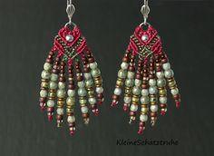 Schöne, große handgeknüpfte **Micro-Makramee-Ohrhänger**! Ein Unikat und echter Blickfang am Ohr!  Hierfür haben wir Toho-Rocailles, O-Beads, Metallperlen sowie böhmische Glasperlen in...