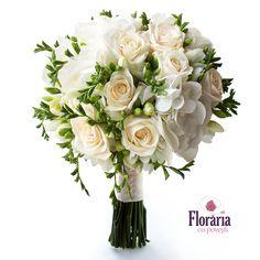 Un buchet deosebit pentru un look clasic si elegant, format din trandafiri ivoire, hortensie alba si frezii albe delicate. Flower Centerpieces, Wedding Centerpieces, Wedding Bouquets, Flower Bouquets, Flowers, Gerbera, Flower Tutorial, Weeding, Perfect Wedding