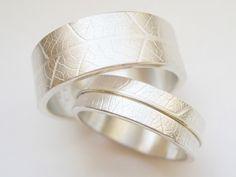 Ringmaße: Breite: 8 mm & 5 mm, Größe: eure! Material: Sterlingssilber 925, Gelbgold 585 Die Idee: Das Oberflächenmuster wurde durch Prägung echter Blätter in Silber hergestellt. Bei der...