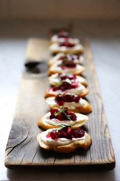 beet bruschetta with goat cheese and basil! Traditional Bruschetta gone and Beet Bruschetta is in! Yummy Appetizers, Appetizer Recipes, Salad Recipes, Dessert Recipes, Beet And Goat Cheese, Good Food, Yummy Food, Think Food, Tea Sandwiches