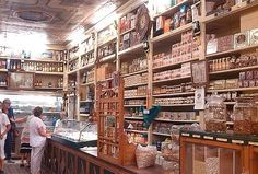 Ultramarinos La Confianza en Jaca. Huesca. La tienda abrió sus puertas en 1871 . Estar allí es dar un salto al pasado, a lo mejor del pasado. Sus expositores de legumbres a granel, sus frascos de especias y mermeladas, su mostrador de madera, sus muebles modernistas, el suelo de baldosas hidráulicas, los carteles de tintes Iberia, anís del Mono o caldo Gallina Blanca… Mires a donde mires te sentirás transportado a otros tiempos.