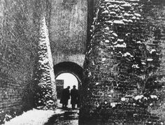 Edward Hartwig, Two men walk through the archway on the Ku Farze alley in Lublin, 1938