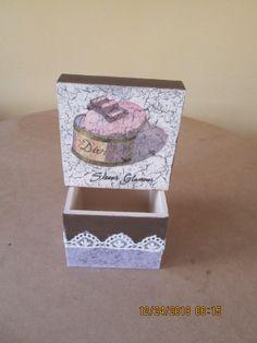 Caja decorada con papel de fibra de vidrio y encajes, tapa craquelada y decoipage