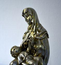 Nossa Senhora e Menino Jesus <br> <br>Imagem em gesso, com pintura clássica em dourado. <br> <br>Linda imagem perfeita para sua contemplação! <br> <br>Temos esta imagem para pronta entrega (peça única)