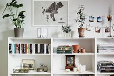 Home Decorating Ideas Living Room Love how this is styled. Makes an IKEA type bookcase look lovely. Home Decorating Ideas Living Room Source : Love how this is styled. Makes an IKEA type bookcase look lovely. by anthoulamantzo Share Low Bookshelves, Bookshelf Styling, Bookshelf Ideas, Billy Bookcases, Bookshelf Decorating, Low Shelves, Ladder Bookcase, Shelving, Bookshelf Inspiration