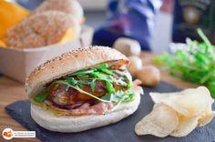 Une recette originale du traditionnel Hot Dog qui (selon moi) n'a pas tellement de goût… Utilisez de bonnes saucisses, un confit d'oignons maison, troquez le pain blanc contre un pain aux graines et le tour est joué! Si vous ne trouvez pas les saucisses utilisées dans cette recette, vous pouvez...   ...déguster la suite