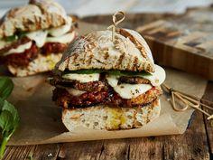 Zum Reinbeißen gut: Knusprige Auberginenscheiben verschmelzen mit Tomatensauce, würzigem Parmesan und Mozzarella zu einem saftigen Sandwich.