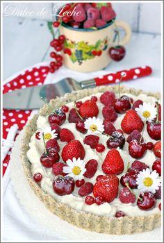 """*Ovocná tarta s krémom z bielej čokolády a mascarpone*  Dokonalo letná """"tortička"""" ,ktorá je skvelou voľbou na zužitkovanie sezónneho ovocia ...potešte sa chrumkavým lieskovo-orieškovým korpusom s božským krémom z bielej čokolády a mascarpone...posypte hošťavnatým ovocím a tortička Vámdoslova rozkvitnepred očami :))"""