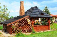 Altanka z tak zabudowanym dachem może być zbawiennym azylem od żaru bijąceo latem z nieba. Gdy nadchodzą chłodniejsze dni, kominek i zbudowa z drewnianych ścian skutecznie ochroni przed wiatrem i zacinającym deszczem. Polecamy takie modele!