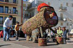 """""""Tió de Nadal"""", personaje mitológico catalán y relata una tradición de Navidad en Cataluña. En el día de la Inmaculada Concepción (esto es, el 8 de diciembre), se empieza a dar de comer cada noche al Tió (un tronco), y se tapa normalmente con una manta para que no pase frío durante la noche. Se le alimenta hasta la Nochebuena, y entonces el tió, golpeado con bastones por los niños, """"cagará"""" regalos para éstos.  Normalmente se ponía el tió al fuego y se le hacía defecar."""