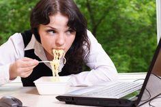 6 malos hábitos al comer que te hacen engordar