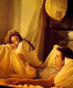 bella & edward - breaking dawn- kristen is hugging rob's leg! <3