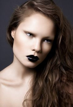nude w/ black lip