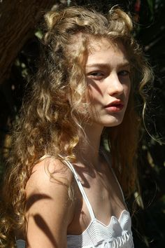 Picture of Dorit Revelis Hair Inspo, Hair Inspiration, Wavy Hair, Blonde Hair, Pretty People, Beautiful People, Photographie Portrait Inspiration, Pretty Hairstyles, Pretty Face