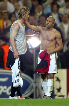 Real Madrid-Manchester United - Roberto Carlos and David Beckham Brazil Football Team, Madrid Football Club, Football Fever, Best Football Players, World Football, Sport Football, Soccer Players, Football Gif, Football Design