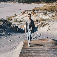 90' lookbook ••• Muy pronto nuevos post de moda!! En esta ocasión he apostado por los años 90, unos jeans y una camiseta gris overside y una chaqueta de tono crema!! #bakealvarolooks