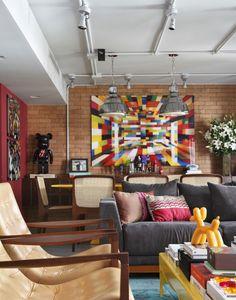 Estilo POP Art na Decoração - Pop Art Style - Estilo POP - Decoração de Casas - Casas Decoradas - #BlogDecostore - André Piva - Tubulação Aparente - Iluminação - Estilo Pop - Sala Colorida - Estilo Industrial - Tijolo Aparente - Parede de Tijolinhos - Toy Art - Sala Colorida - Decoração Colorida - Trilhos de Spot - Poltronas - Cadeiras - Sofá Cinza - Street Style - Estilo Urbano na Decoração
