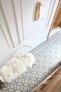 couloir chic en mosaique beige et bleu, meuble entre en blanc pour creer une allusion pour plus d espace libre