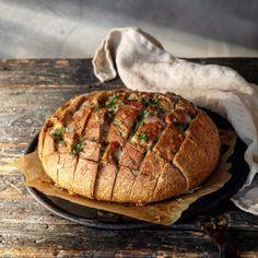 Fylt brød med basilikumsmør og mozzarella – Ourkitchenstories Mozzarella, Baked Potato, Pork, Food And Drink, Baking, Eat, Ethnic Recipes, Samsung, Alternative