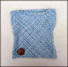 Chaleco de acrílico realizado al telar con detalle de botón artesanal de madera.   Colores disponibles: Celeste, azul, verde, natura...