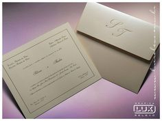 E quem disse que seu convite clássico precisa ser só branquinho?  O modelo Melbourne da @luxrelevo tem uma tonalidade diferente textura leve e inciais dos noivos no envelope. LINDO! . Veja mais no Instagram  @luxrelevo . Contato  lux@luxrelevo.com.br  (11) 3312-9444 ou no instagram @luxrelevo . Eles entregam em todo Brasil! . #luxrelevo #gráfica #casamento #convitedecasamento #invitation #wedding #papelaria #relevo #design #instawedding #papelariadecasamento #ceub #guiaceub #casaréumbarato…