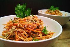 ŠPAGETY S CESNAKOVÝM PESTOM (mrkva, ľan, sezam. olej, petrželka / mrkvová vňať; dyň. semienka, lah. droždie, cesnak, čerstvá bazalka; hrozienka na posyp)