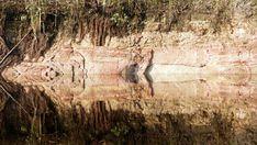 Wasser-Spiegelung welche den Eindruck einer liegenden Person bekleidet mit kurzem Rock und hoher Mütze vermittelt.
