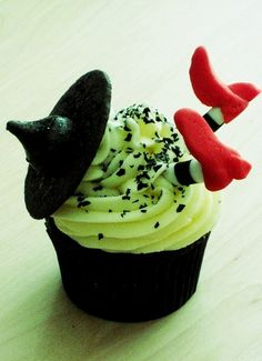 witch cupcakes. I wish someone would surprise me with a Wizard of Oz bday party!