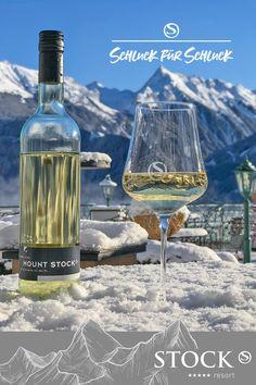 Holen Sie sich das STOCK feeling nach Hause. Der Duft dieser Cuveé ist frisch fruchtig mit einem Hauch Muskat. Die Säure und die Frucht bilden ein harmonisches Zusammenspiel am Gaumen und verleihen so diesen Wein ein hohes Trinkvergnügen. Ein Wein, der jung(en) Spaß macht. Buffet, Shops, Restaurant, White Wine, Vodka Bottle, Alcoholic Drinks, Wine, Shopping, Drinking