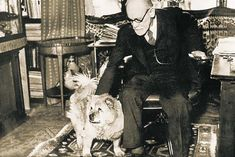 Sigmund Freud used his chow chow, Jofi, to gauge patient emotions, calm people, and even track when the sessions were over! Sigmund Freud, Famous Dogs, Famous People, Chow Chow, Nanny Dog, Wolf, Dogs Of The World, Dog Photos, Dog Grooming
